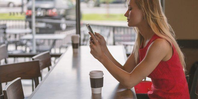 Sie wartet im Cafe bis er sich meldet