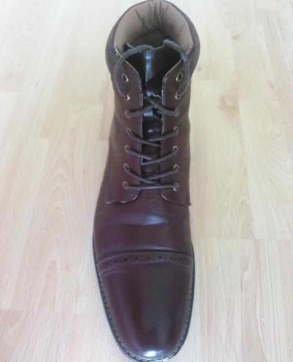 Kreuzschnürung an einem Business Schuh