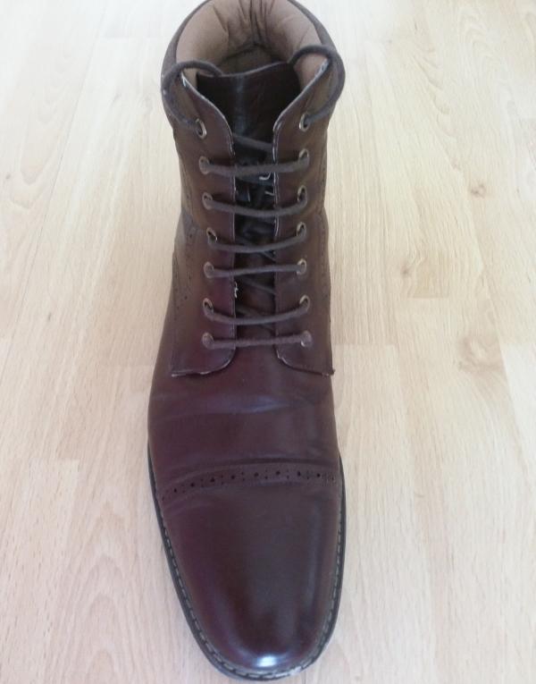 Ladenschnürung an einem Business Schuh
